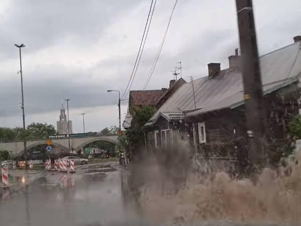 Takie obrazy burzy, która przeszła przez województwo podlaskie 21 maja, uchwycili Internauci