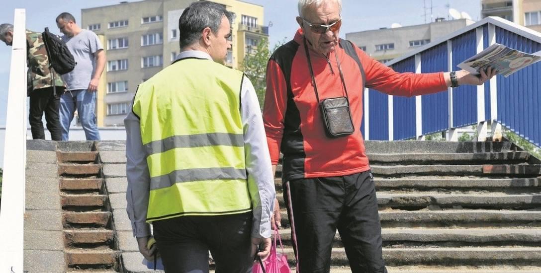 Po kładce dla pieszych nad ul. Nawojowską przechodzą tysiące osób dziennie. Wielu skarży się na jej  stan. Mirosław Pietras (z prawej)  pyta inspektora