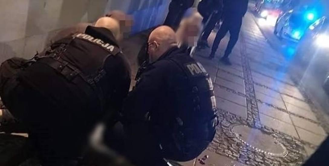 Do bójki między dwoma grupkami młodych ludzi doszło po godzinie 21 przy galerii handlowej