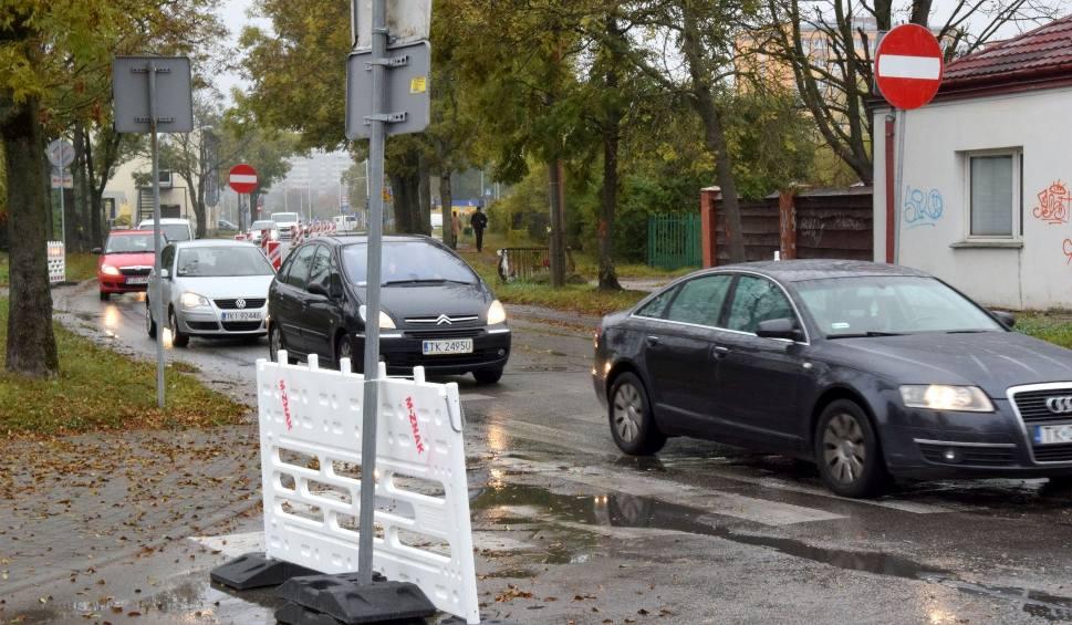 Film do artykułu: Rozpoczęła się wielka inwestycja drogowa w Kielcach, przebudowa ulicy Domaszowskiej. Kierowcy jeżdżą pod prąd. Będą korki [ZDJĘCIA, WIDEO]
