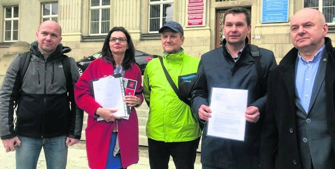 Przedstawiciele Alarmów Smogowych pojawili się wczoraj w Urzędzie Marszałkowskim, by złożyć petycję