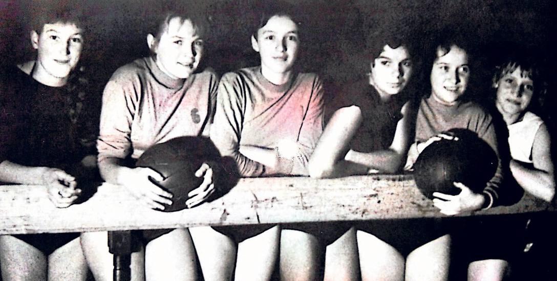 Najstarsze zdjęcie zawodniczek MKS Znicz (luty 1958 r.) przedstawiające siatkarki z Technikum Ekonomicznego. Od lewej: Danuta Wojnarowicz, Barbara Madejak,