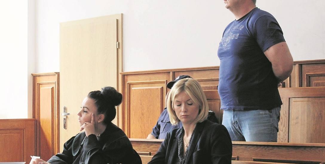 Oskarżony Robert W. na sali rozpraw krakowskiego sądu. Zaprzecza, by oszukał Monikę B.  na 280 tys. złotych przy licytacji mieszkania przy ul. Kości