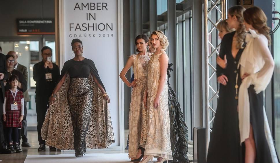 Film do artykułu: AMBERIF 2019 w Gdańsku. 26. edycja Międzynarodowych Targów bursztynu w AmberExpo rozpoczęta. Pokaz Amber in Fashion