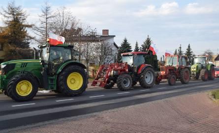 Rolnicy znów pretestują. W Pleszewie, Szczurach i Marchwaczu wspólnie wyjechali ciągnikami na drogi krajowe nr 11 i 12. Kierowcy mogą spodziewać się