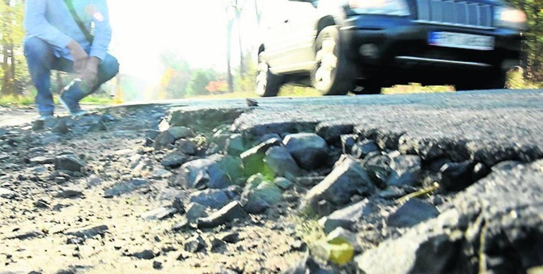 Droga pomiędzy Zaborem a Czarną jest w fatalnym stanie.