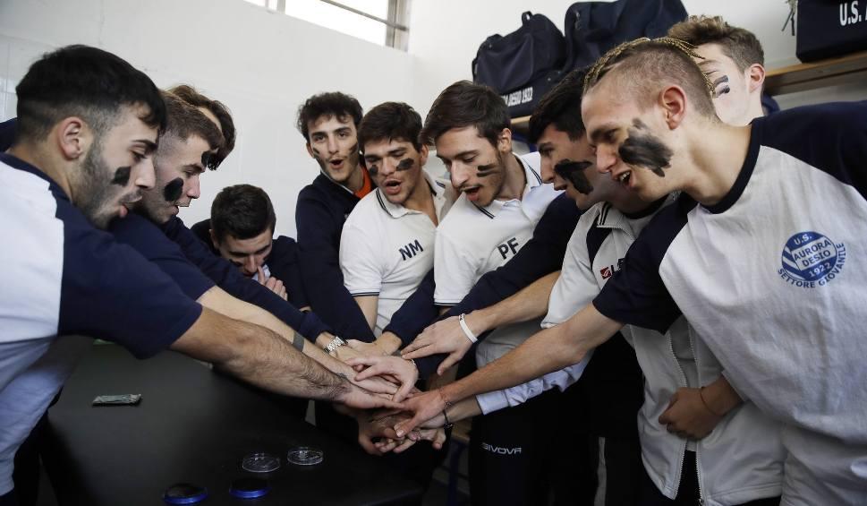 """Film do artykułu: Zawodnicy włoskiej drużyny pomalowali twarze na czarno na znak protestu przeciwko rasizmowi. """"Niech zrozumieją, że to ignorancja i głupota"""""""