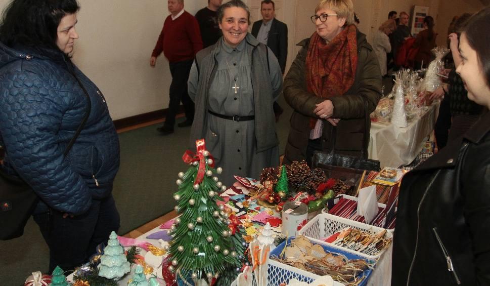 Film do artykułu: Kiermasz bożonarodzeniowy w Radomiu. Podopieczni stowarzyszeń sprzedawali świąteczne ozdoby