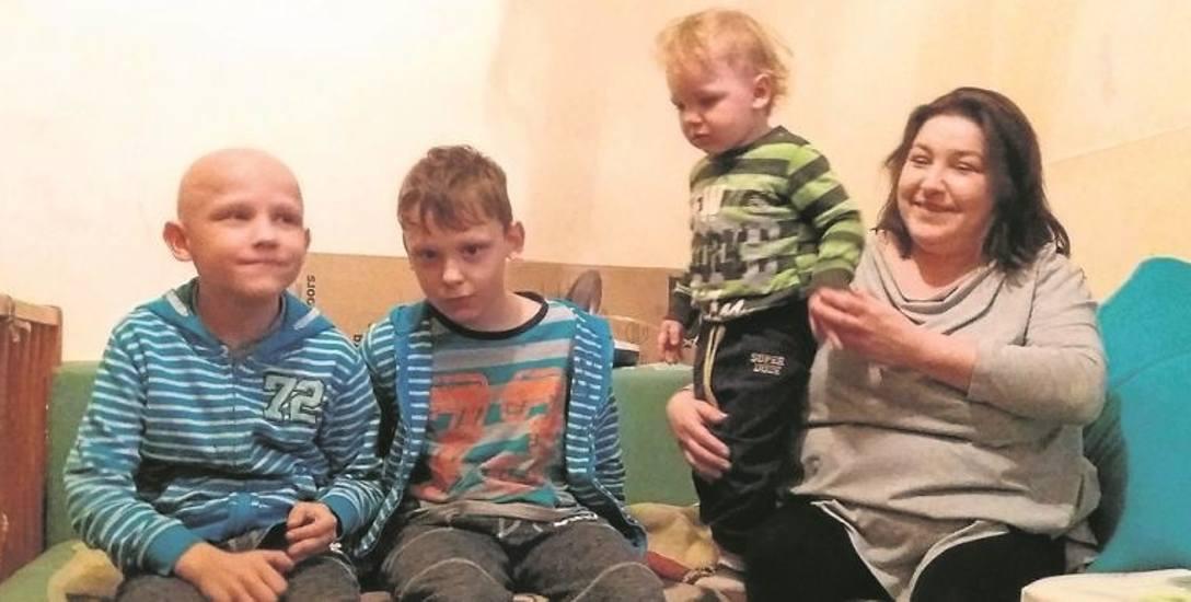 Cztery osoby w jednej   ciasnej izbie i grzyb na ścianach