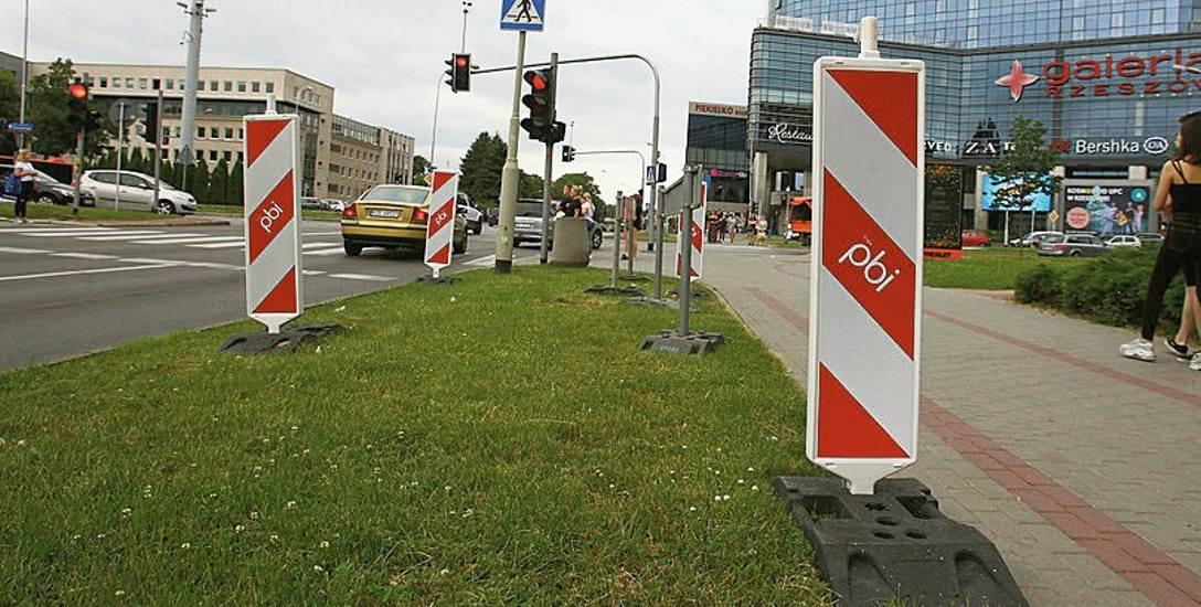 Prace w ciągu alei Piłsudskiego po obu stronach ronda Dmowskiego w Rzeszowie rozpoczęły się od wycinki drzew. Rośliny usunięto, aby zrobić miejsce na