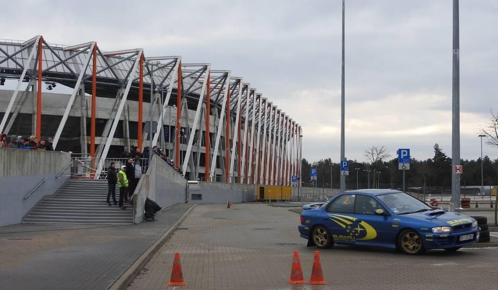 Film do artykułu: III. Zimowe Grand Prix Białegostoku. Ryk silników na parkingu przed stadionem (zdjęcia, wideo)