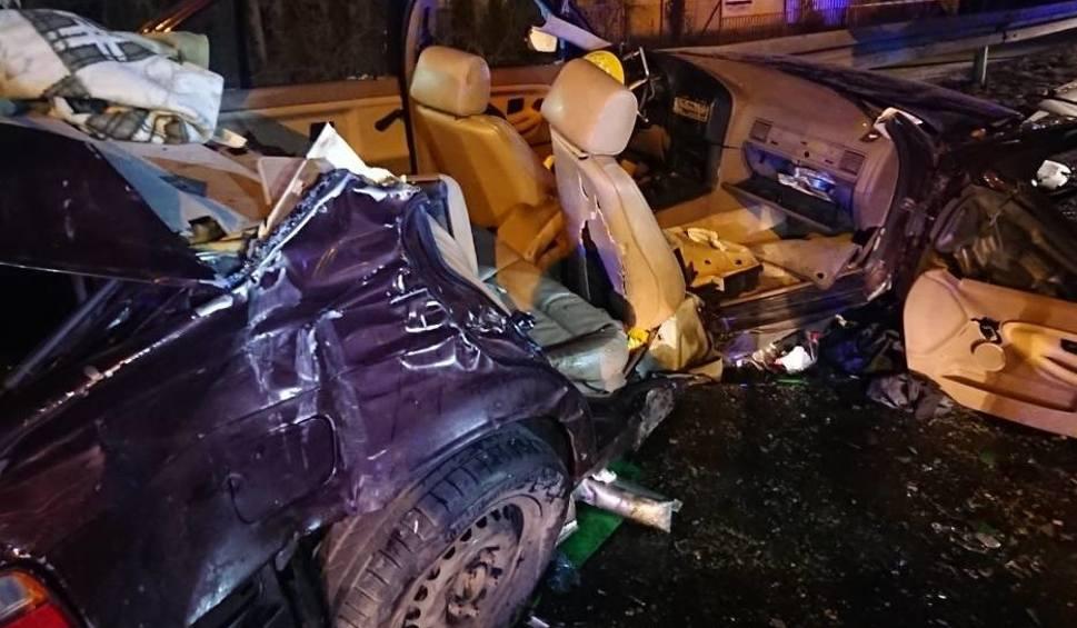 Film do artykułu: Gaj Wielki: Kierowca bmw wyprzedzał kilka pojazdów naraz i zderzył się z ciężarówką na przejściu dla pieszych [ZDJĘCIA]