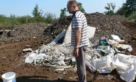 Na działce złożono resztki płyt azbestowych, folie aluminiowe, opakowania po smarach, olejach, farbach, resztki tapicerki samochodowej i inne odpady