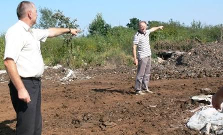 Od lewej Radny Józef Turbiarz i Mirosław Kopyto pokazują, że od ich ostatniej wizyty na tym terenie, liczba odpadów zwiększyła się.