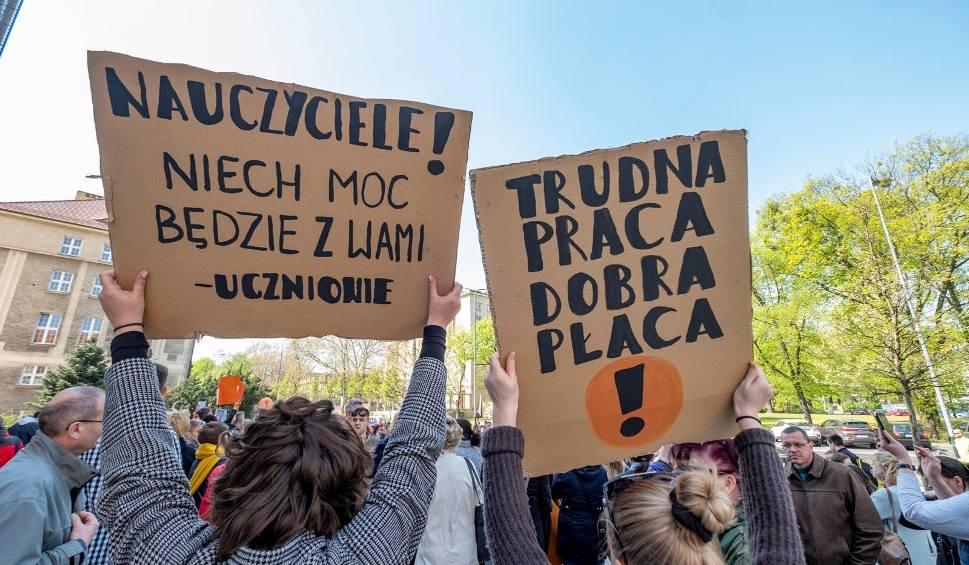 Film do artykułu: ZNP zawiesza strajk do września. Teraz czas na egzaminy maturalne