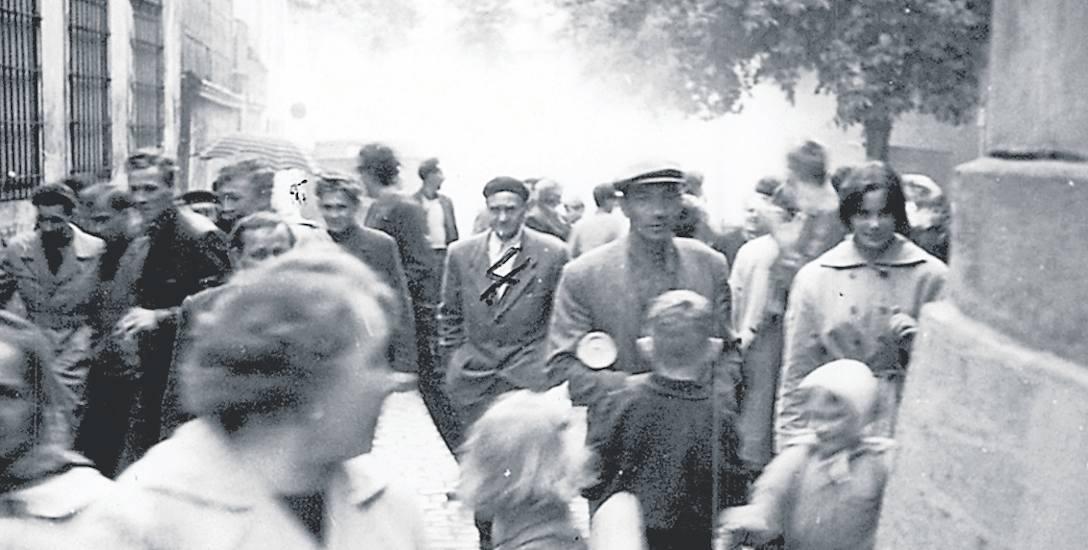 To zdjęcie zostało wykonane 30 maja 1960 roku. Zielonogórzanie w pośpiechu opuszczają plac