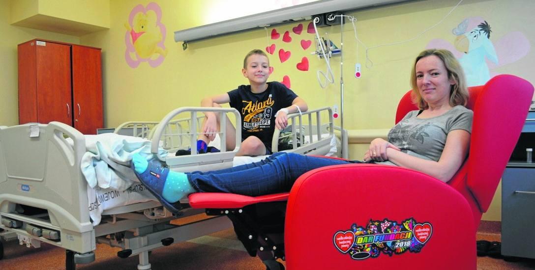 Czerwone fotele trafiły na oddział pediatryczny słupskiego szpitala dzięki Wielkiej Orkiestrze Świątecznej Pomocy