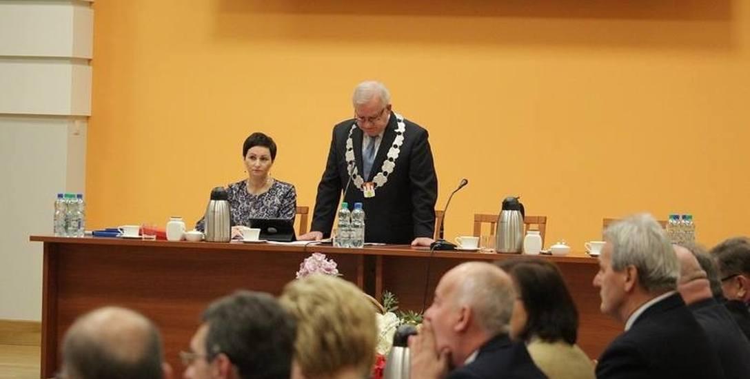 Pierwsze obrady rady nowej kadencji rozpoczął radny senior Stanisław Wawrzonkoski.