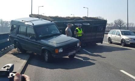 Do zdarzenia doszło w sobotę, 23 marca, na moście Lubuskim w Gorzowie. Przewróciła się przyczepa z sianem ciągnięta przez land rovera. Kierujący land