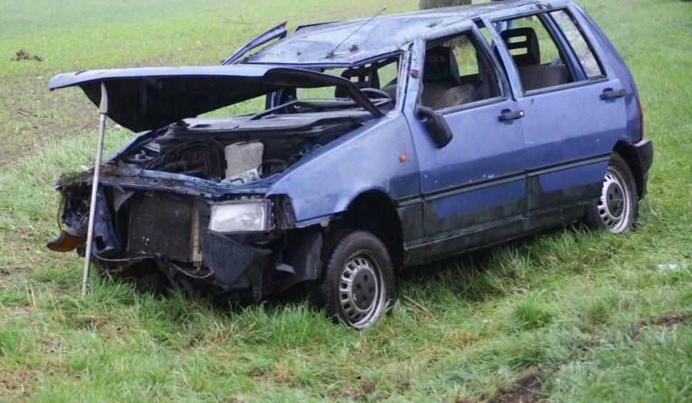 Film do artykułu: Kierowca fiata wypadł z trasy i dachował (dużo zdjęć)