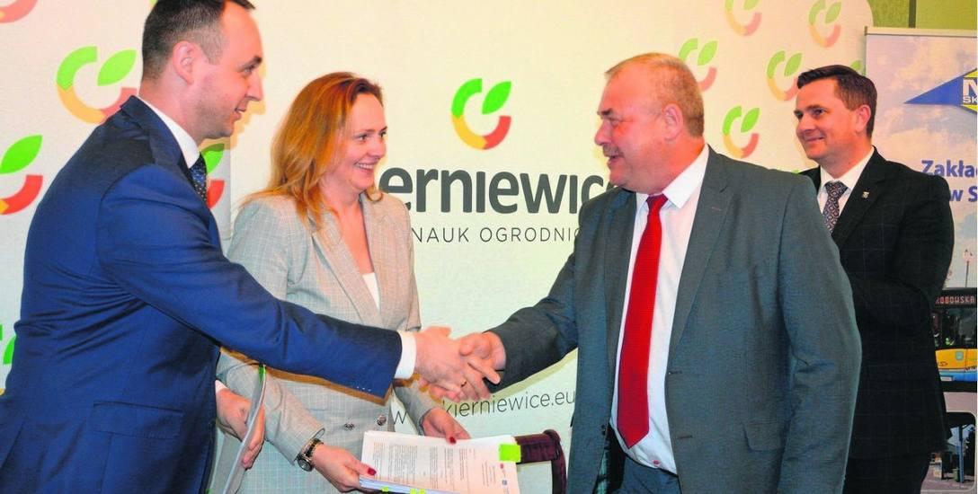 Dariusz Klimczak (z lewej) nie jest zdziwiony pogłoskami o swoim wyborczym starcie w Skierniewicach czy Rawie Mazowieckiej