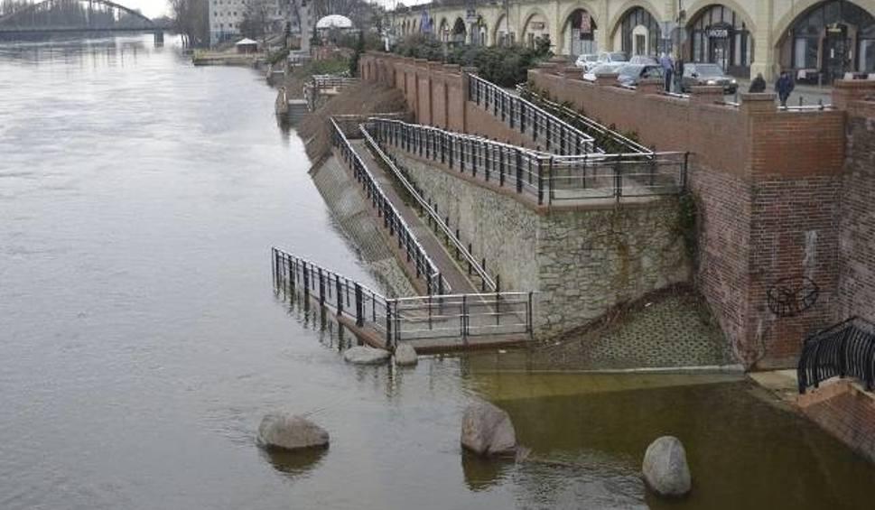 Film do artykułu: Wysoka woda w lubuskich rzekach. Wciąż rośnie poziom Warty