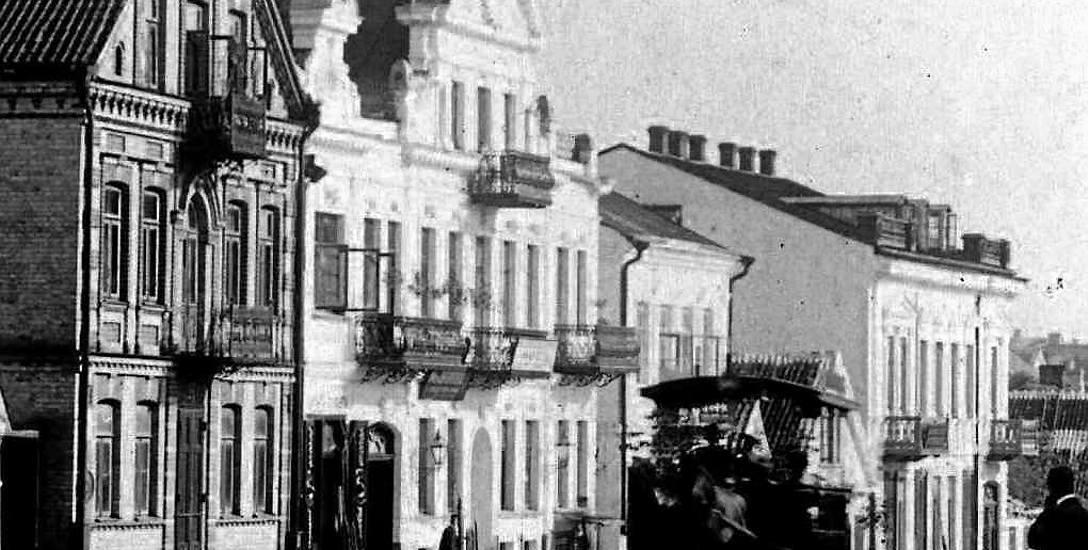 Dom, uwieczniony na zdjęciu Józefa Sołowiejczyka w 1897 r.został zbudowany przez rodzinę Liberamnów. Na początku XIX w. mieściła się tu pierwsza publiczna