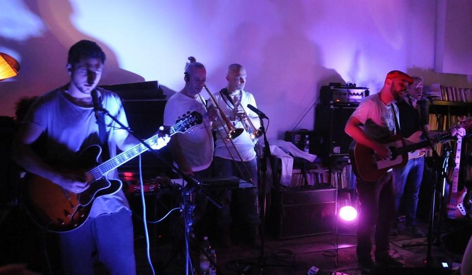 Film do artykułu: Skubas czarował muzyką w Czytelni Kawy w Radomiu (wideo, zdjęcia)