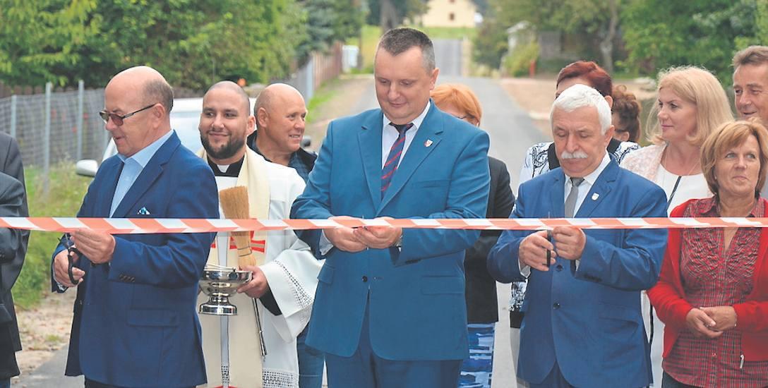 1 września, otwarcie drogi do Niwki. W centrum starosta drawski, obok burmistrz Czaplinka