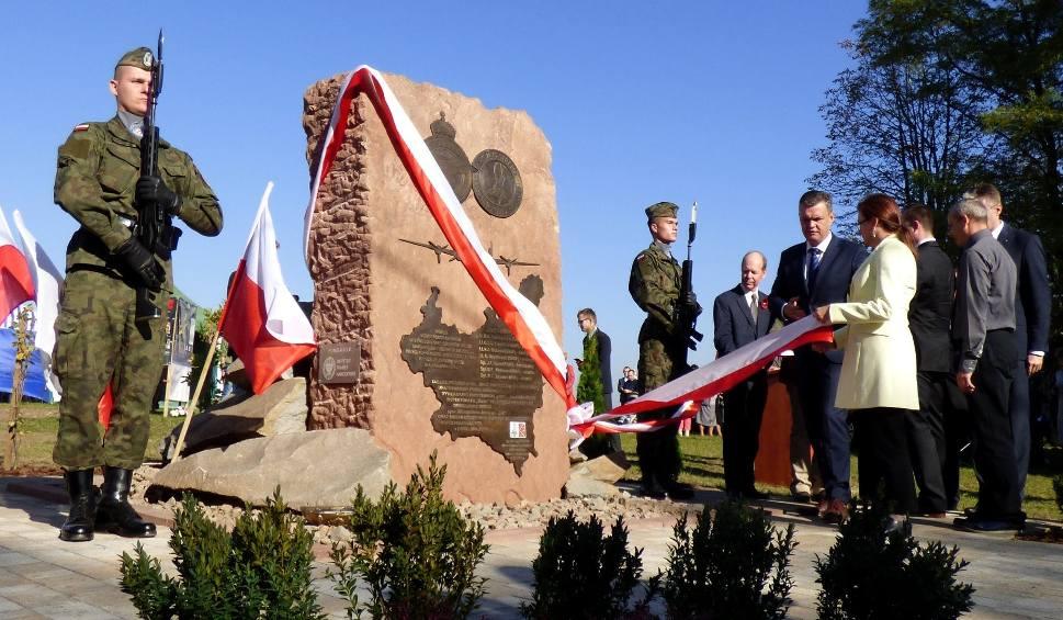 Film do artykułu: Chwała aliantom. Pomnik poświęcony poległym lotnikom odsłonięto w Kocinie [ZDJĘCIA]