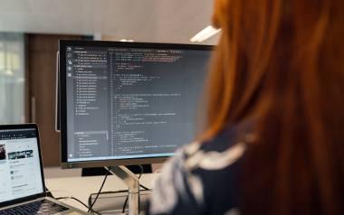 Branża IT kojarzy się z pięciocyfrowymi wypłatami, ale badanie zrealizowane w 2020 r. przez No Fluff Jobs rzuca nowe światło na zarobki kobiet.  Sprawdź,