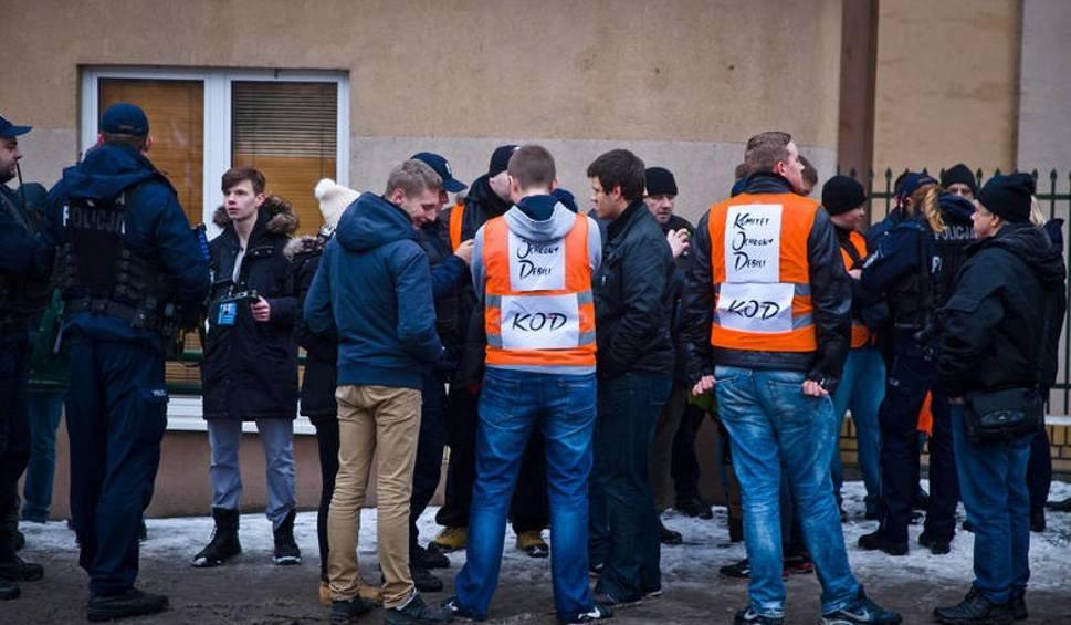 Film do artykułu: Sąd: Młodzież Wszechpolska nie zakłóciła manifestacji KOD przed TVP Białystok (zdjęcia, wideo)