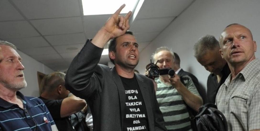 Kilku sympatyków byłego ks. Międlara miało czarne koszulki z obraźliwym cytatem o brzytwie. Policja nie reagowała.