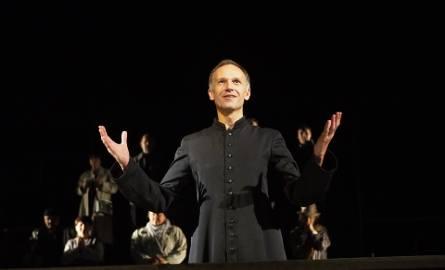 Skupiliśmy się przede wszystkim na tym, jakim człowiekiem był ksiądz Jerzy Popiełuszko - deklaruje Jakub Lasota - odtwórca głównej roli w nowym spektaklu