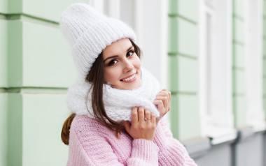 Fryzury na zimę, dla których czapka nie jest problemem. W galerii zobaczysz inspiracje i propozycje na trwałe i efektowne fryzury pod czapkę