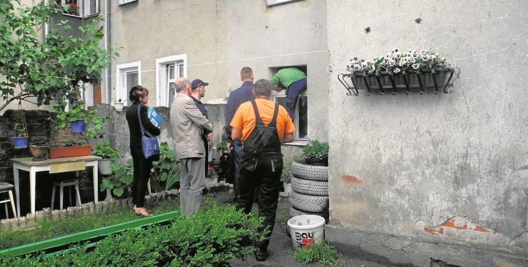 Z budynku nr 12 przy ul. Bydgoskiej eksmitowano wczoraj mężczyznę i jego partnerkę. Jak mówią sąsiedzi, wcześniej byli oni eksmitowani tutaj z innego