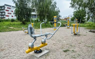 """Ul. Kasztelańska. Projekt """"Strefa aktywności sportowej i rekreacyjnej na Sławinie"""" obejmował budowę trzech siłowni na wolnym powietrzu. Zdobył 1461"""