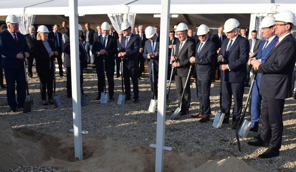 Film do artykułu: Budowa elektrowni w Ostrołęce rozpoczęta. Wbito pierwsze łopaty [ZDJĘCIA, WIDEO]
