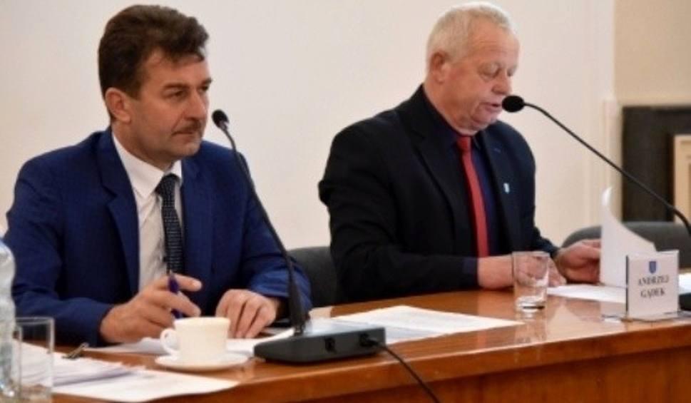 """Film do artykułu: Dużo o pieniądzach i... problemy z """"maszynką"""" na sesji Rady Powiatu w Busku-Zdroju"""