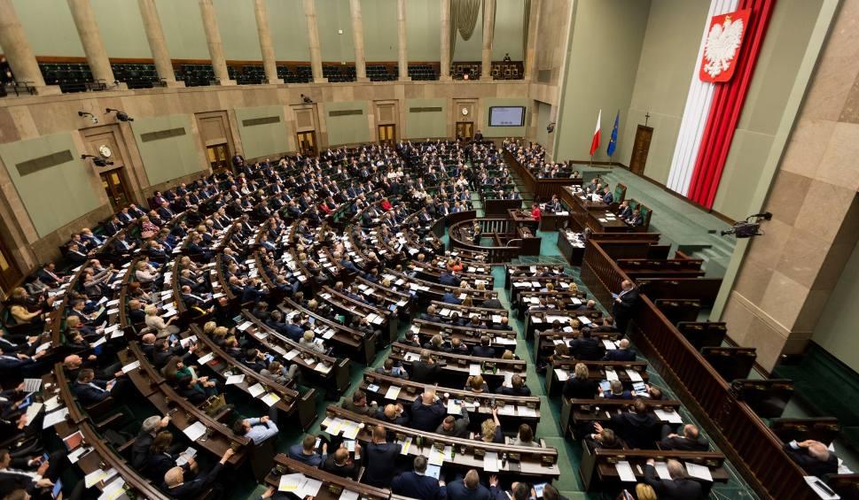 Film do artykułu: Głosowanie korespondencyjne: Sejm przyjął zmiany w kodeksie wyborczym. Marszałek Sejmu może zmienić datę wyborów prezydenckich