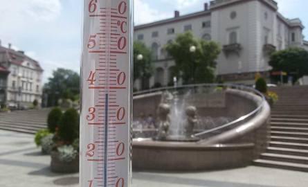 Bielsko-Biała, plac Chrobrego. Godz. 13.55. Wystarczyło chwilę postać w nasłonecznionym miejscu, by temperatura sięgnęła 38,5 st. Celsjusza