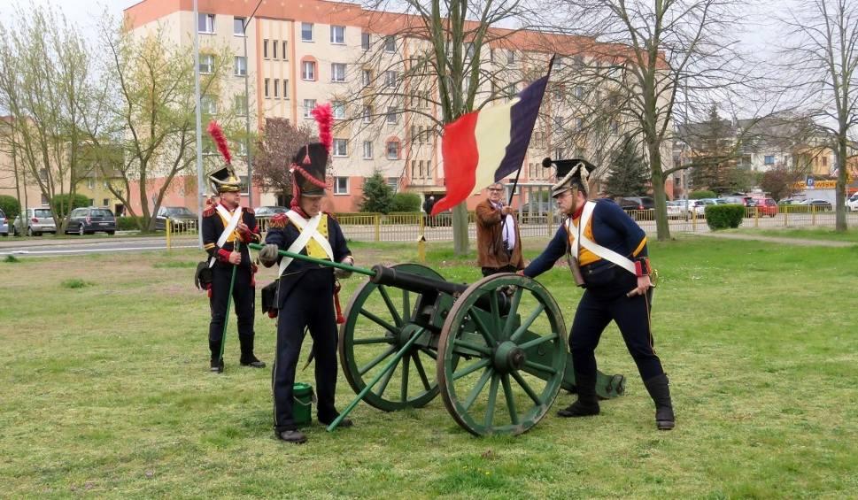 Film do artykułu: Police. Salwy armatnie w 200. rocznicę zgonu Napoleona. ZDJĘCIA i WIDEO - 5.05.2021