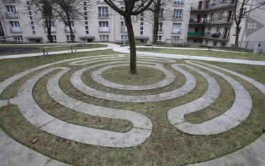 Alejki, ławki... Ale to przecież jeden wielki plac zabaw. Tak wygląda podwórko u zbiegu Adamskiego i Koszarowej w Katowicach