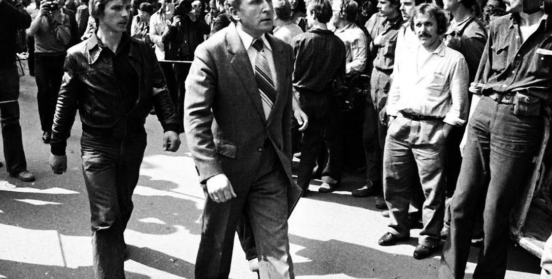 Sierpień 1980. Jerzy Borowczak (z lewej) prowadzi ówczesnego wojewodę gdańskiego Jerzego Kołodziejskiego na spotkanie z robotnikami strajkującymi w Stoczni