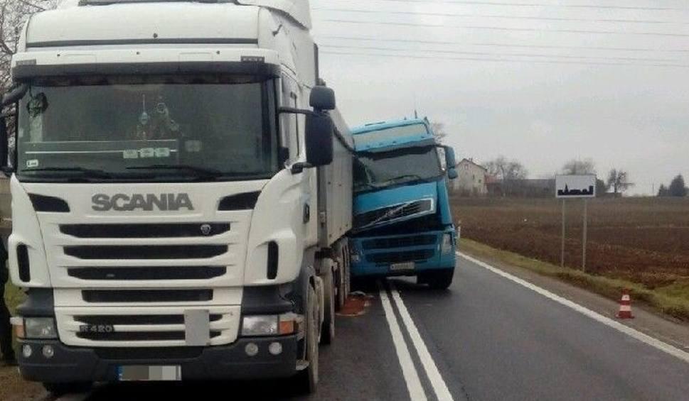 Film do artykułu: Zderzenie ciężarówek w powiecie opatowskim. Krajowa trasa była całkowicie zablokowana
