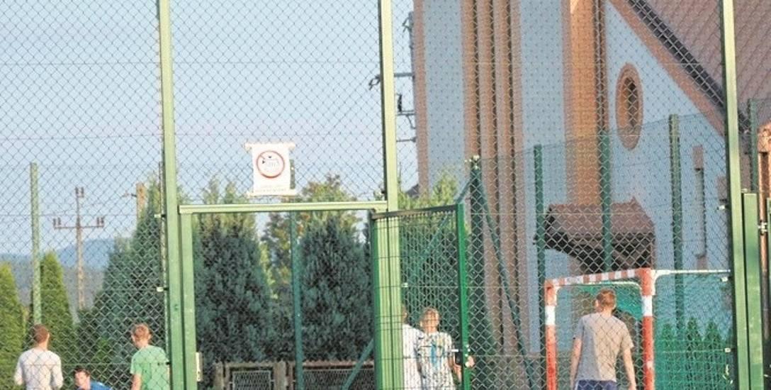 Piłki wpadają na teren kościoła, ponieważ wysokość siatki ogrodzeniowej sąsiadującego boiska nie jest wystarczająca