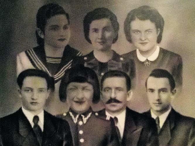 Rodzina Rzeszutków. U góry od lewej: Jadwiga, mama Julia i Gienia. U dołu od lewej: Tadeusz, Stanisław, ojciec Karol i Leopold.