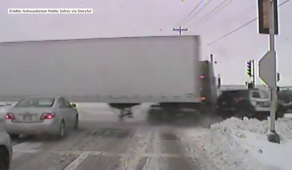 Film do artykułu: Rozpędzona ciężarówka staranowała radiowóz. Policjant został zakleszczony w pojeździe [WIDEO]