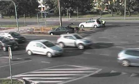 Samochód na torach tramwajowych w Bydgoszczy. Trzeba było skrócić trasy