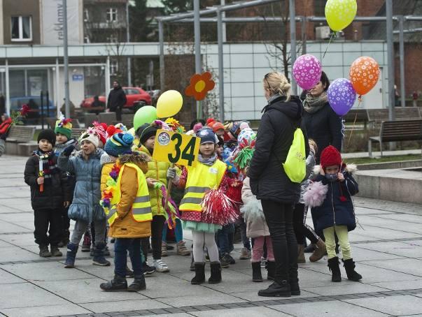 2400 koszalińskich przedszkolaków wzięło udział w kolorowym marszu, który spełnia dwie ogromnie ważne misje - od czterech lat przywołuje wytęsknioną